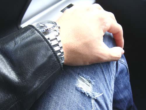 ジーパンとジャケットと時計の組み合わせ