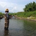 小川で餌釣り