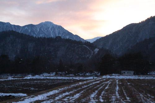 雪山に沈む夕日