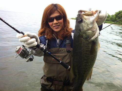琵琶湖でウェーダー